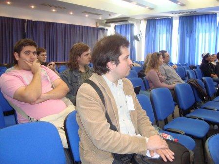Обозреватель GameWay Андрей Семенов (по центру) внимательно слушает все доклады, в этот момент его фотографирует главред GameWay Kiburga:)