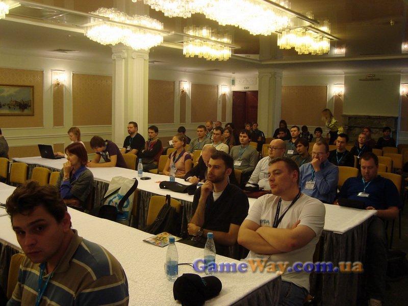 Все внимательно слушают докладчика во втором зале для докладов